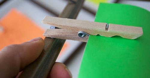 DIY mur gallerie enfants une pince à linge collée