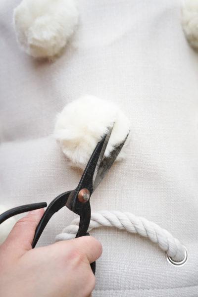 DIY pom pom couper avec les ciseaux