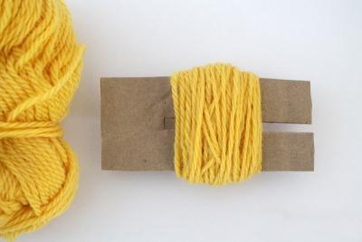 DIY pom pom fils de laine jaune