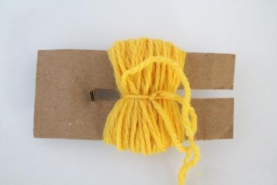 DIY pom pom pansement de fils jaunes