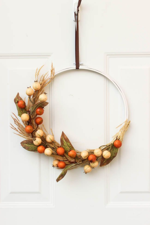 Idées couronnes d'automne cercle en métal accroché à un clou