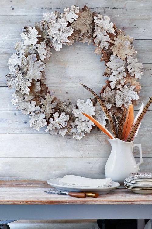 Idées couronnes d'automne couronne clouée à un mur en bois