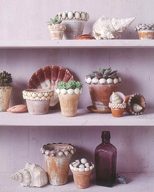 Idées d'artisanat de coquillages étagère décorée de pots aux fleurs