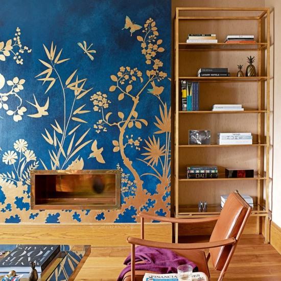Idées de fond d'écran de salon cheminée habillée en teinte bleu marine aux motifs de forêt