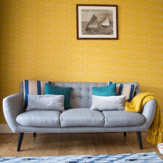 Idées de fond d'écran de salon mélange du jaune or du papier peint et du bleu clair
