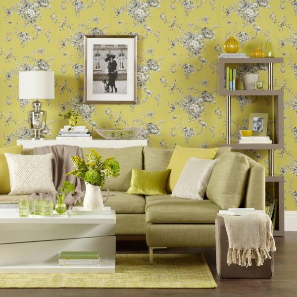 Idées de salon vert des motifs floraux sur un fond jaune doré