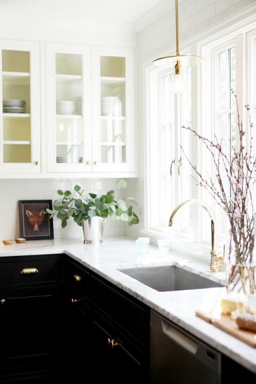 Idées pour armoires de cuisine en couleurs mur et vitrine en blanc