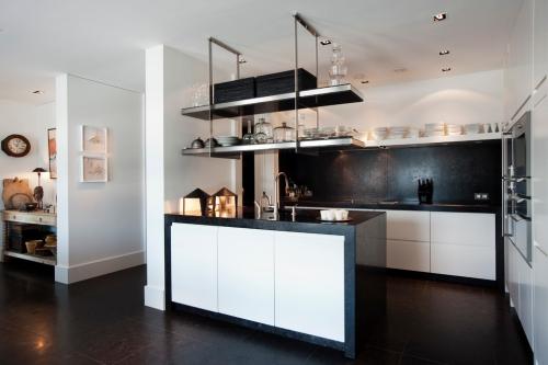 Idées pour cuisine en blanc et noir design armoires blanches
