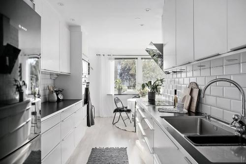 Idées pour cuisine en blanc et noir design armoires et tiroirs blancs