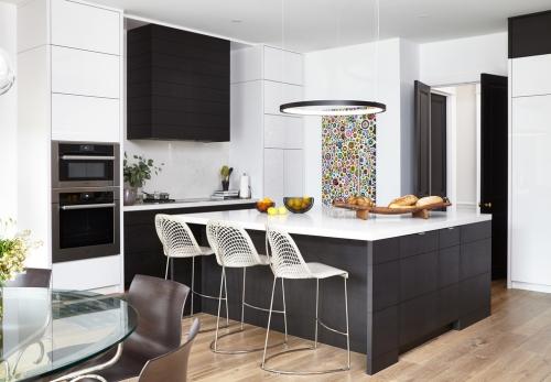 Idées pour cuisine en blanc et noir design large plan de travail blanc