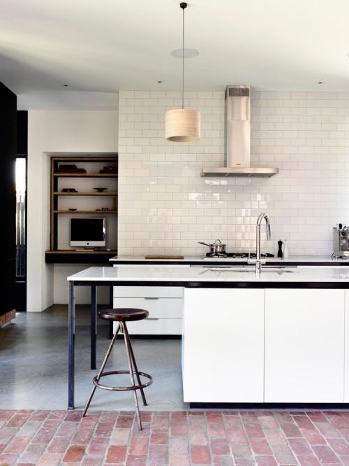 Idées pour cuisine en blanc et noir design mur en briques blanches