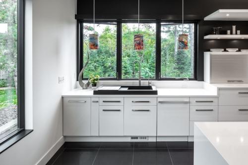 Idées pour cuisine en blanc et noir design mur et placards en blanc