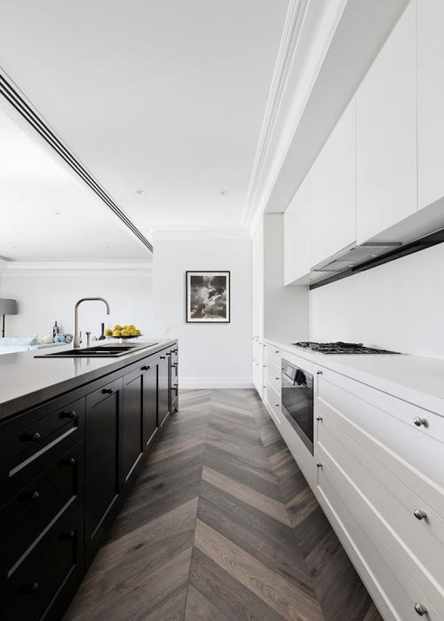 Idées pour cuisine en blanc et noir design murs et armoires en blanc