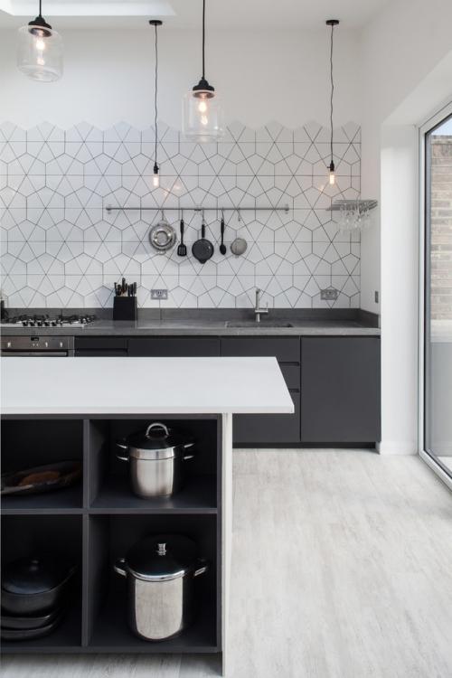 Idées pour cuisine en blanc et noir design parquet en blanc stratifié