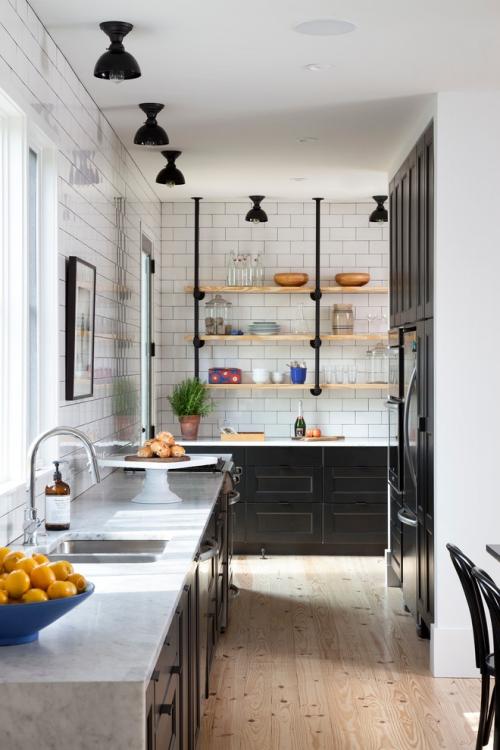 Idées pour cuisine en blanc et noir design plafond blanc mur en briques blanches