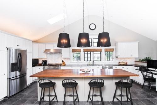 Idées pour cuisine en blanc et noir design plan de travail en noir et en brun