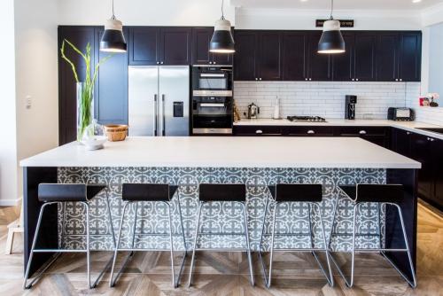 Idées pour cuisine en blanc et noir design plans de travail en blanc