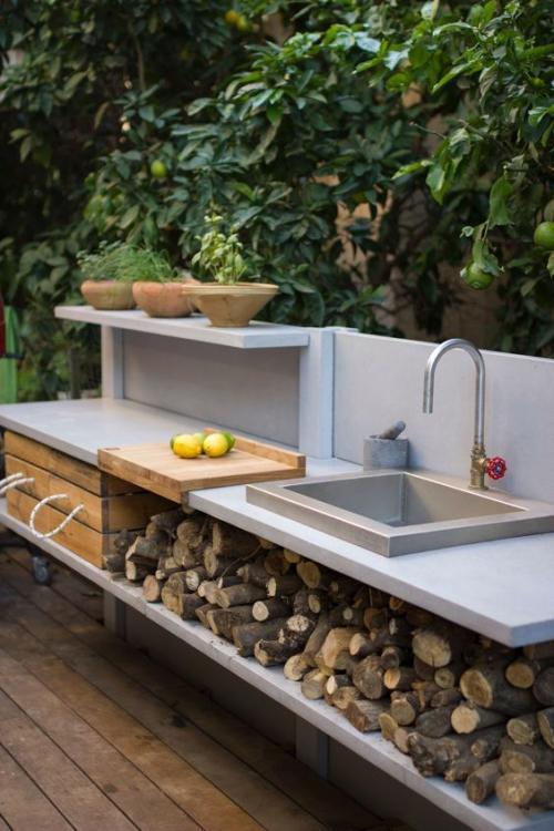 Idées pour cuisine extérieure évier avec bûches au-dessous