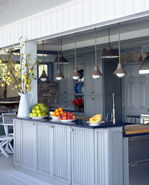 Idées pour cuisine extérieure bien abritée sous un toit solide