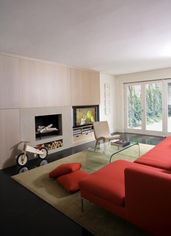 - Idées pour décoration design du salon moderne canapé large en face de la cheminée et du téléviseur