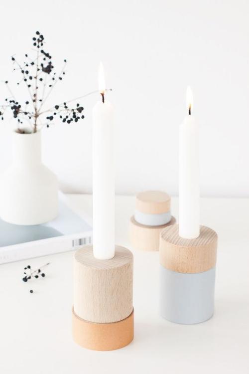 Les bougies fabriquées à la main en couleur toute blanche