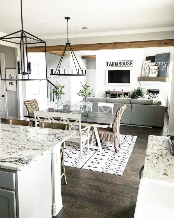 Salon avec salle à manger coin cuisine à côté