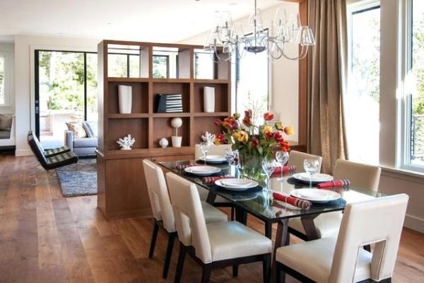 Salon avec salle à manger grand espace séparé par étagère en bois