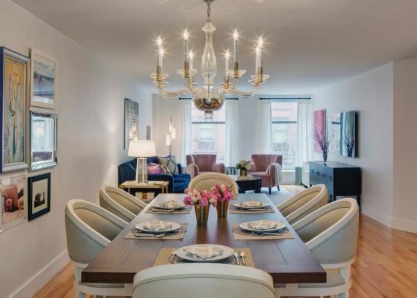 Salon avec salle à manger murs blancs espace bien éclairé