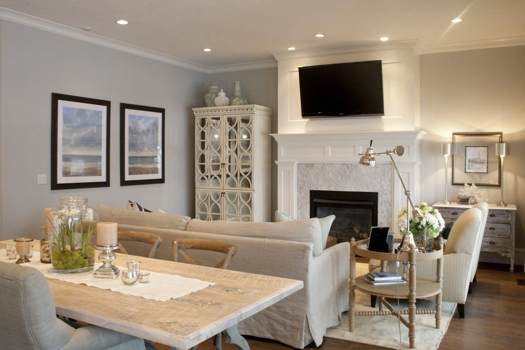 Salon avec salle à manger teintes pâles
