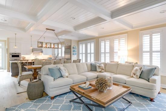 Salon bord de mer décoration grand espace murs blanc beige
