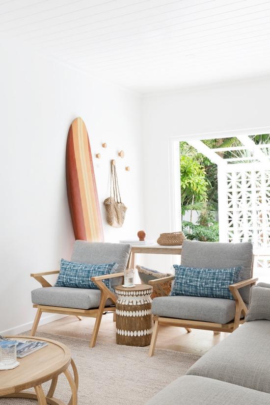 Salon bord de mer décoration murs blanc grande fenêtre