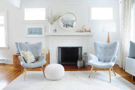 Salon bord de mer décoration murs fauteuils coussins en bleu