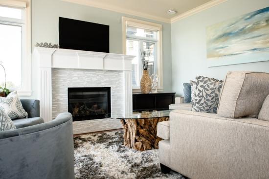 Salon bord de mer décoration plafond blanc murs bleu pâle