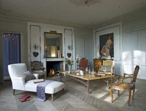 Salon d'inspiration campagne chic joli plafond avec formes en plâtre