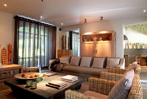 Salon d'inspiration campagne chic meubles en bois et en osier