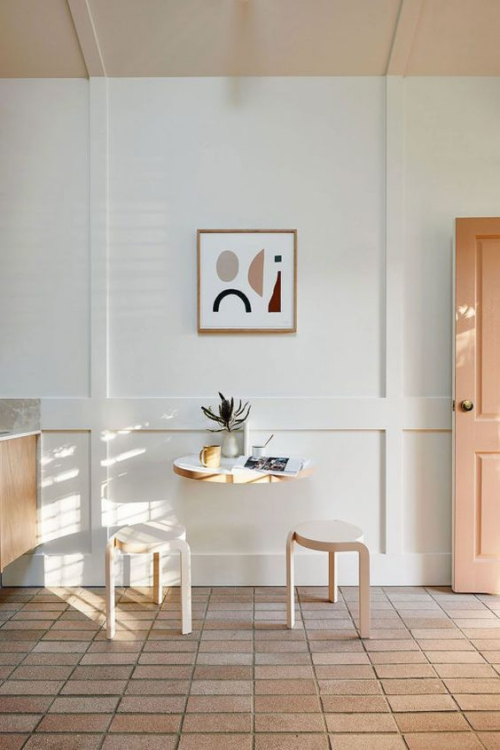 aménagement petit espace mur blanc plafond beige