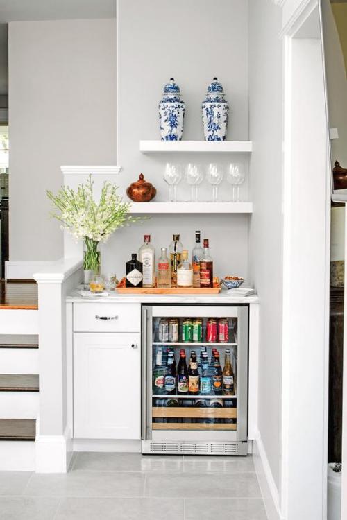 aménagement petit espace petit frigo sous l'escalier