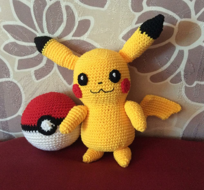 débuter au crochet amigurumi modèle Pikachu Pokeball