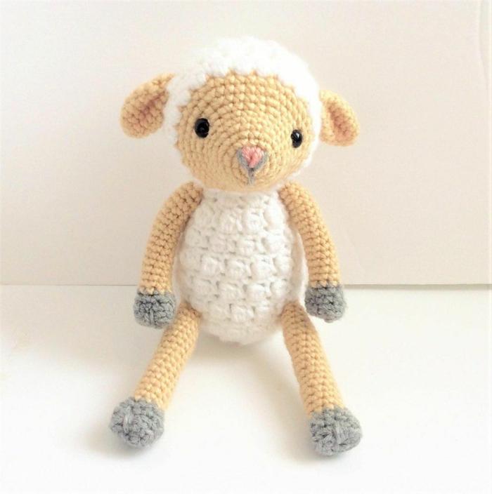 débuter au crochet amigurumi modèle jouet agneau