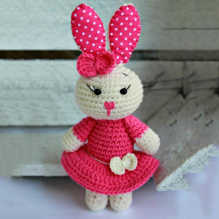 débuter au crochet amigurumi modèle lapin robe rouge