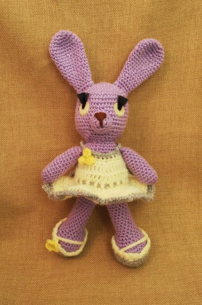 débuter au crochet amigurumi modèle lapin rose