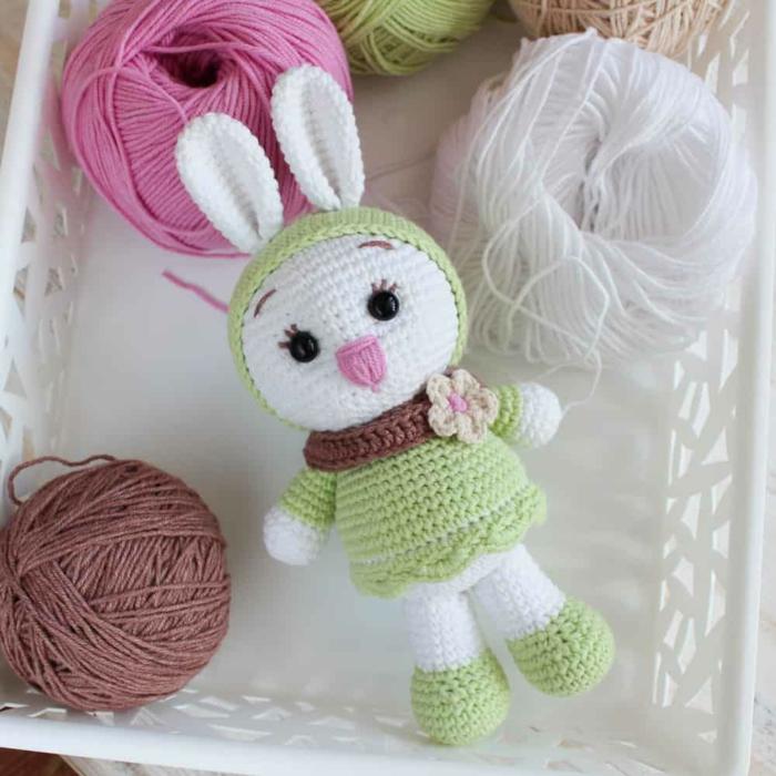 débuter au crochet amigurumi modèle lapin vêtements verts