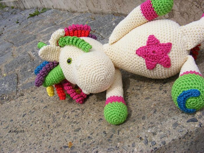 débuter au crochet amigurumi modèle licorne coloré