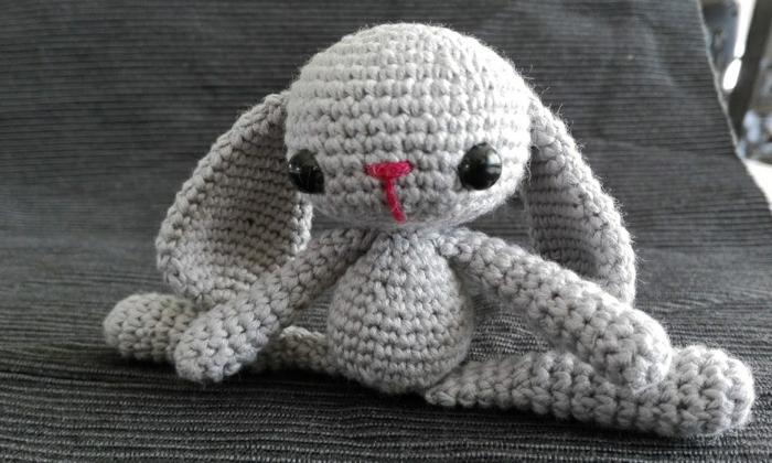 débuter au crochet amigurumi modèle petit lapin gris