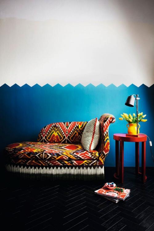 déco avec motifs mur à moitié bleu à moitié blanc