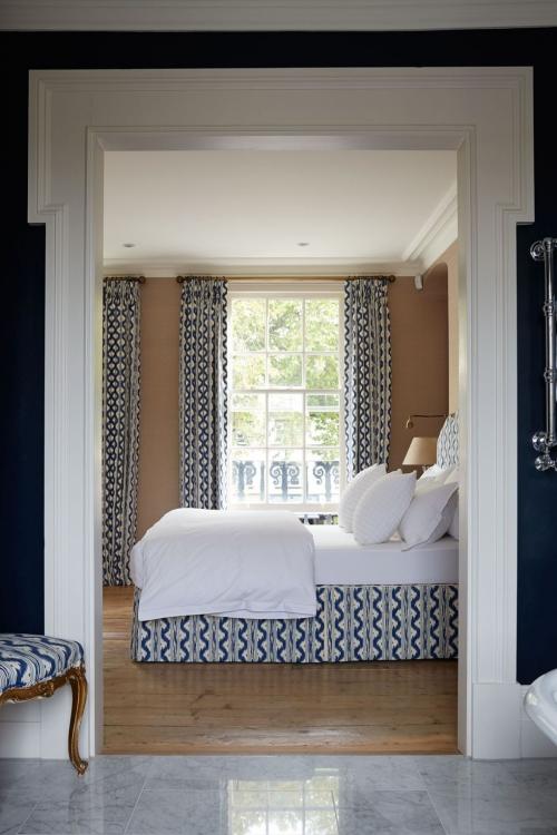 déco avec motifs rideaux et tapisserie du lit en arceaux