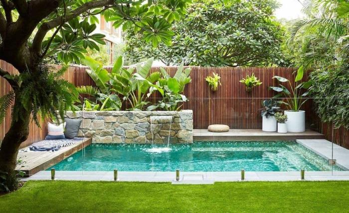déco petit jardin piscine panneaux en verre