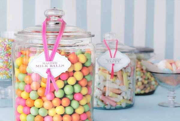 décoration baby shower bocaux pleins de bonbons
