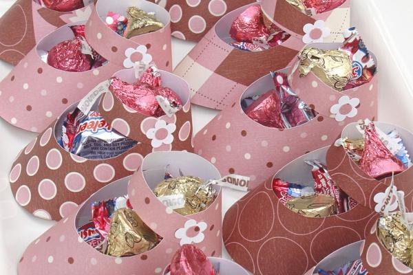 décoration baby shower chaussures de bébé en papier