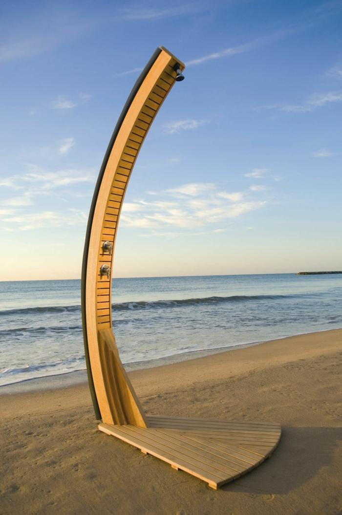 douche extérieure solaire sur la plage
